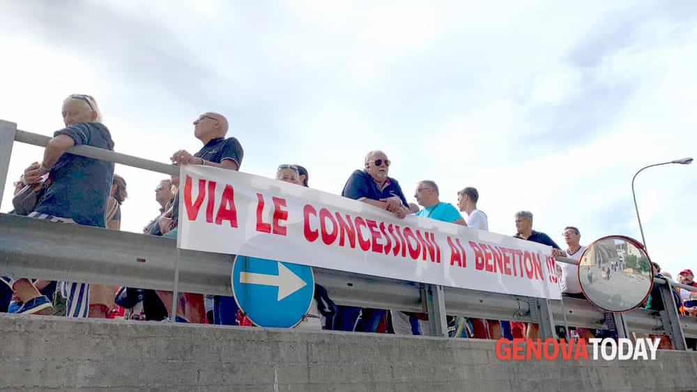 striscioni di protesta durante la commemorazione a un anno dal crollo del ponte-2