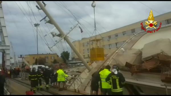 Yacht ribaltato in porto, operai soccorsi dai vigili del fuoco. Video