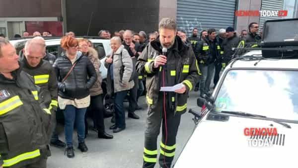 VIDEO | Risarcimento negato ai parenti del pompiere eroe, folla davanti al tribunale: «Vergogna»