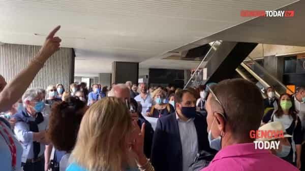 VIDEO | La protesta dei tour operator tra cori e clacson: «Senza risposte non ce ne andiamo»