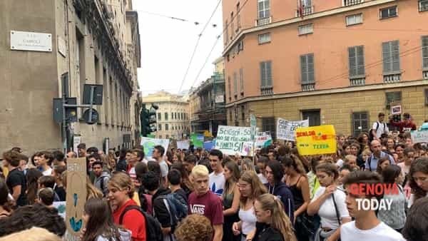 Fridays for Future, gli studenti genovesi tornano in piazza per clima