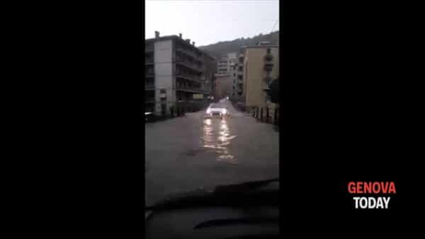 Borgoratti, la strada si trasforma in un fiume. Video