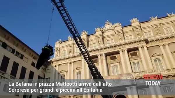 VIDEO | La Befana in piazza Matteotti arriva dall'alto