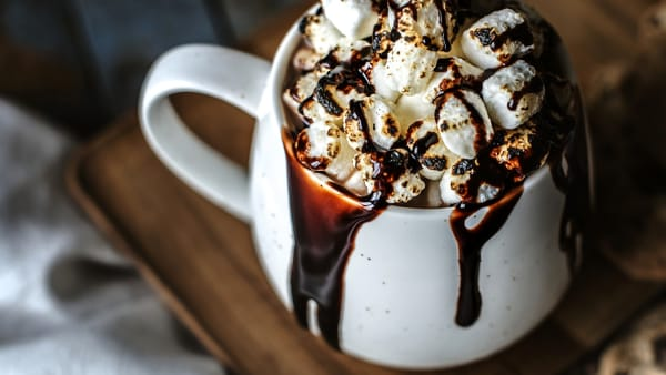 Distribuzione gratis di cioccolata calda alla Pista di Pattinaggio su Ghiaccio