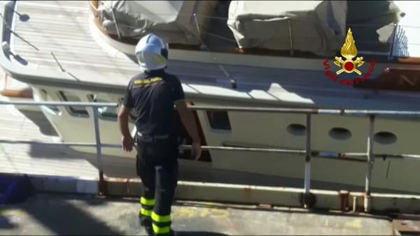 Incidente yacht Nero in porto: i vigili del fuoco si calano sulla barca per il recupero dei beni. Video