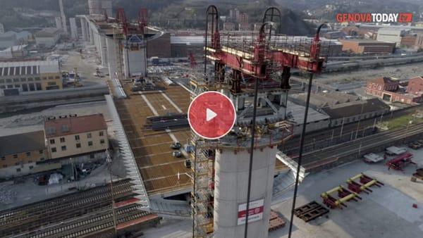 VIDEO | Nuovo ponte, sale anche l'ultima maxi campata: le immagini dall'alto col drone