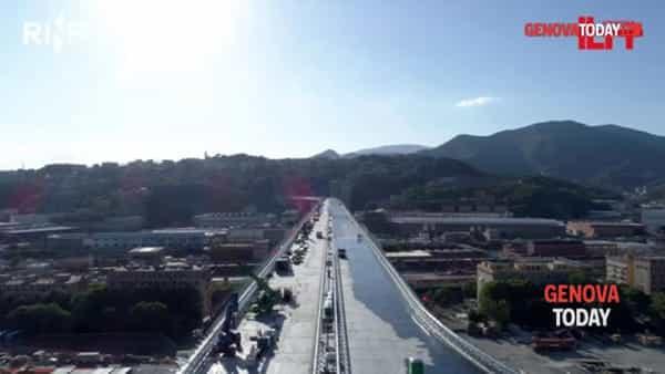 VIDEO | Nuovo ponte, dopo l'asfalto i pali per l'illuminazione: le immagini dall'alto