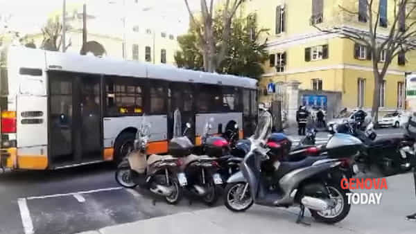 Incidente tra scooter e furgone in corso Armellini, muore una donna | Video