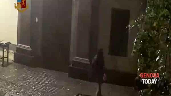 Incendio alla Cavallerizza di Torino, il piromane in azione. Video