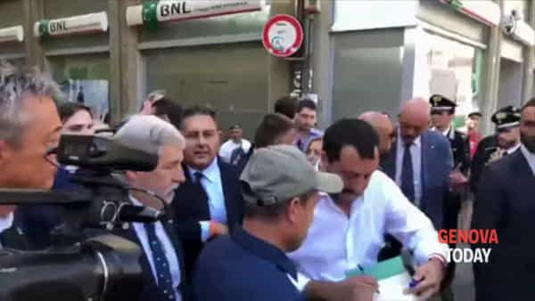 Matteo Salvini a Genova tra selfie e tour del centro storico | Video