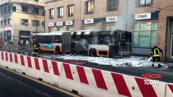 Bus in fiamme, fumo e paura in centro | Video