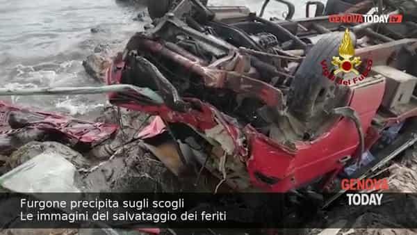 VIDEO | Furgone precipita sugli scogli: il salvataggio dei feriti