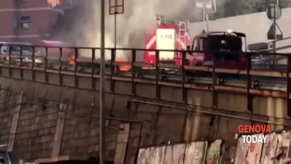 Auto in fiamme all'uscita dell'autostrada | Video