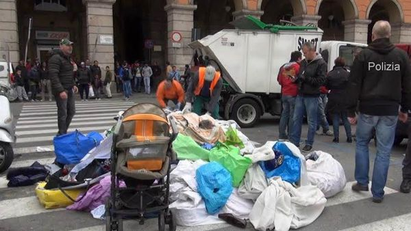 Blitz al mercatino di via Turati, 460 chili di merce sequestrata