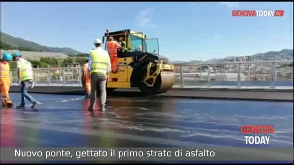 VIDEO | Nuovo ponte, gettato il primo strato di asfalto