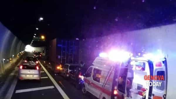 Incidente sull'A7, grave un motociclista
