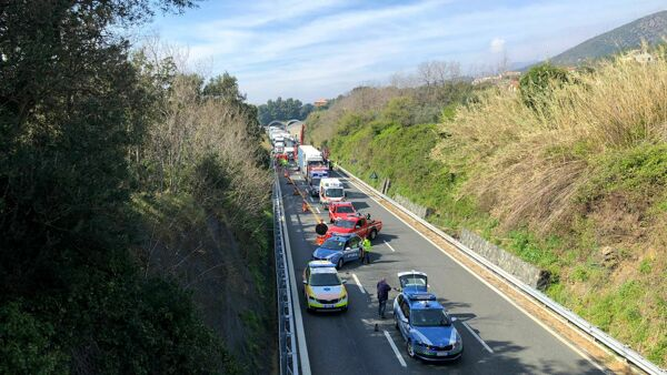 Incidente mortale in autostrada, auto finisce sotto un tir