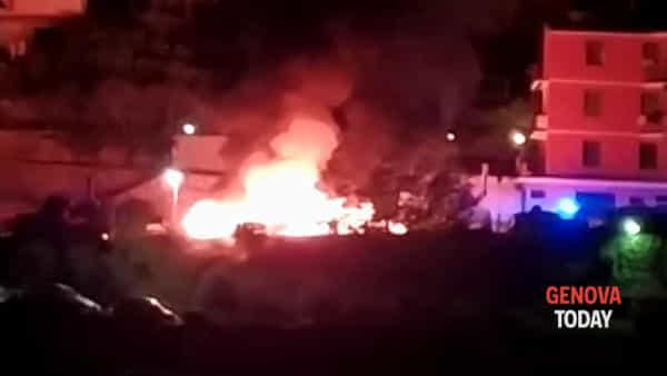 Sori, le auto che prendono fuoco nella notte tra l'11 e il 12 agosto. Video