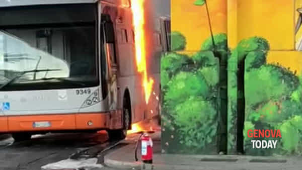 Bus in fiamme a Caricamento | Video