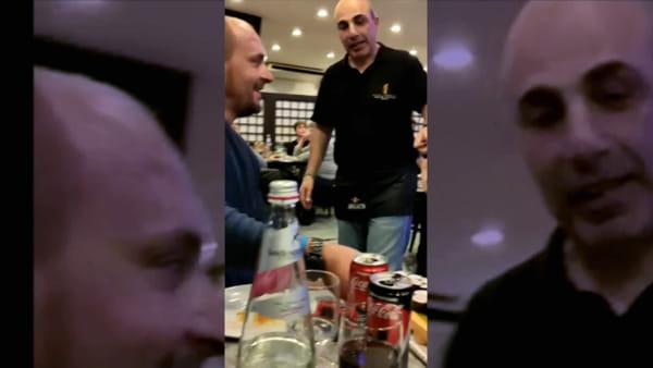 Rapallo, il robot-cameriere che serve caffé e sushi ai tavoli | Video