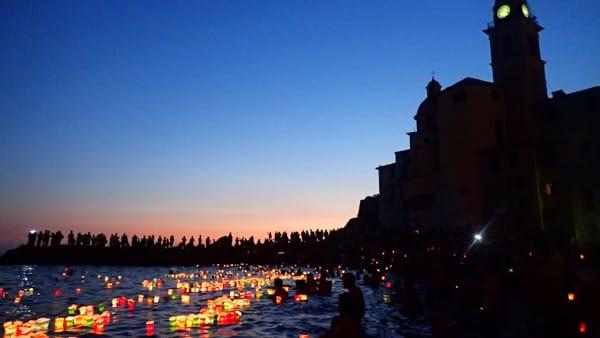 Stella Maris a Camogli con i tradizionali lumini in mare