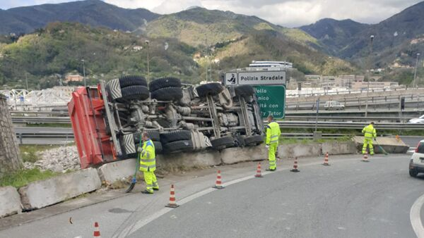 Incidente in A7, camion si ribalta al casello di Bolzaneto
