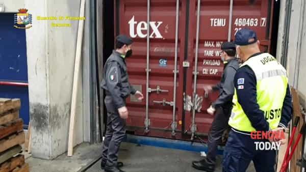 VIDEO | Sequestrati in porto 800mila guanti in lattice