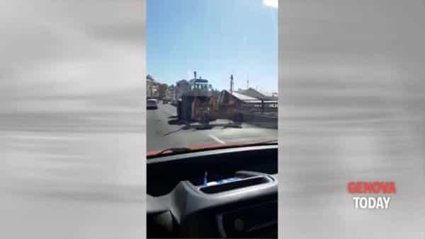 In Sopraelevata spunta... un trattore. Video