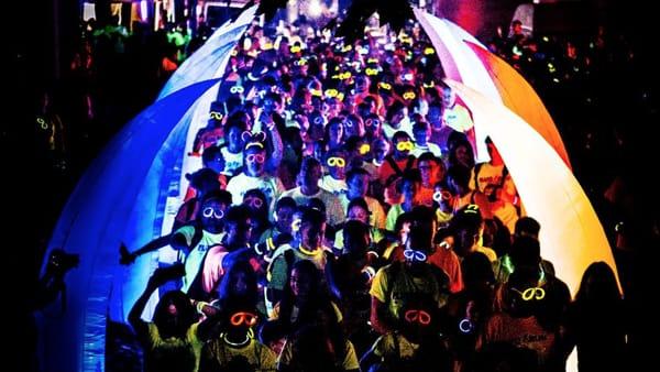 Fluo Run Festival nel centro storico: la festa colorata tra sport e divertimento