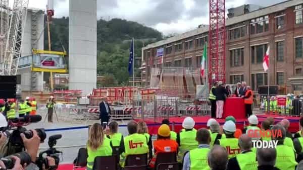 """""""Varo"""" della prima campata del nuovo ponte, Bucci: «Momento importante per Genova». Video"""