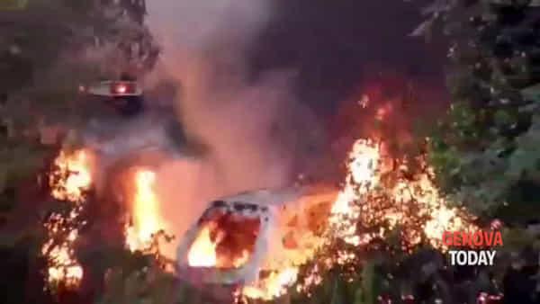 Incendio a Ceranesi, in fiamme tre auto | Video