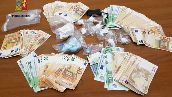 Cocaina nella portiera dell'auto e 12mila euro in casa: pusher in manette
