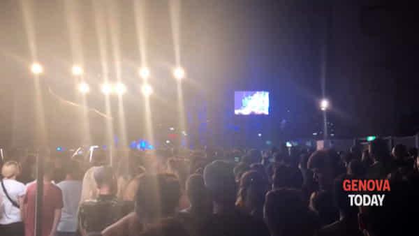 «Chi è che paga il biglietto per lanciare monetine sul palco?» la rabbia di Salmo durante il concerto a Genova