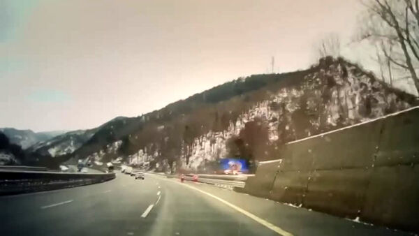 A26, il video choc: auto e tir contromano in galleria