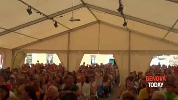 Accoglienza da stadio per Piero Angela al Festival della Comunicazione. Video