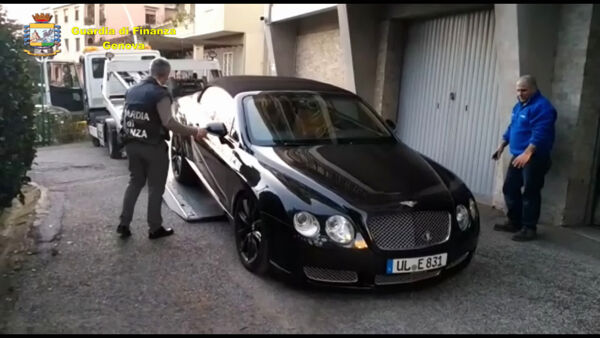 VIDEO | Dalla Bentley Continental alla Audi R8: sequestrate supercar a truffatore seriale
