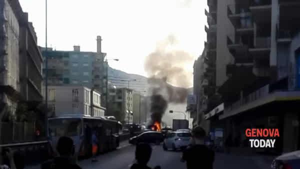 Corso Europa, autobus prende fuoco: passeggeri in fuga | Video