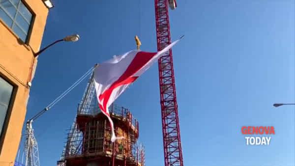 Commemorazione ponte Morandi, la bandiera di San Giorgio viene issata sulla nuova pila 9. Video