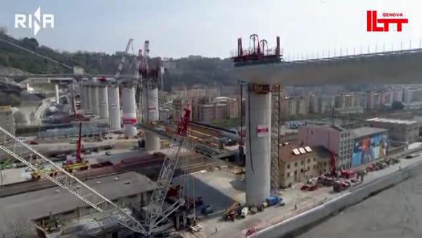 VIDEO | Nuovo ponte, le immagini dal drone: il posizionamento dell'ultima maxi campata