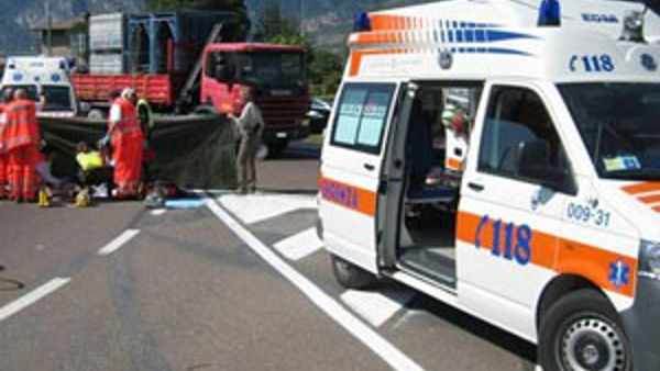 Incidente sulla A26: furgone perde scooter, due feriti
