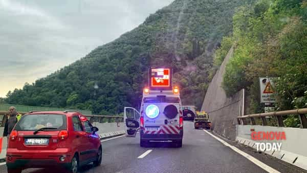 Incidente in A12, coppia precipita in una scarpata