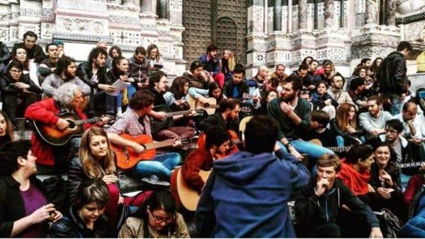 """""""Ricordando Faber"""": tutti per strada a cantare le canzoni di De Andrè"""