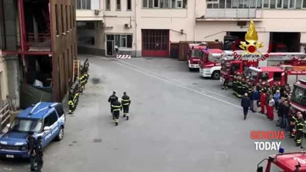 VIDEO | Vigili del fuoco morti nell'esplosione, l'omaggio della polizia genovese