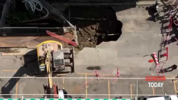 Via Berno, i vigili del fuoco recuperano l'auto sprofondata nella voragine | Video