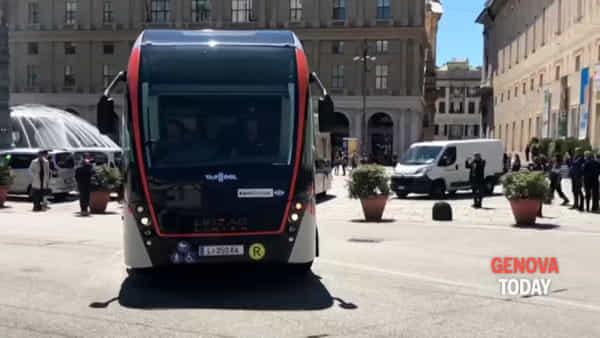 A Genova la prima sperimentazione italiana del filobus elettrico da 24 metri | Video