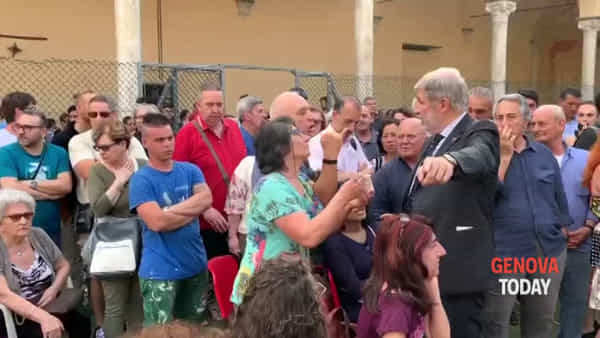 Incontro sulla demolizione del Morandi, Bucci tra contestazioni e dinamite di cartone. Video